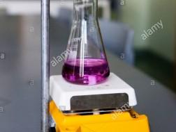 Miareczkowanie w laboratorium Zakładów Chemicznych