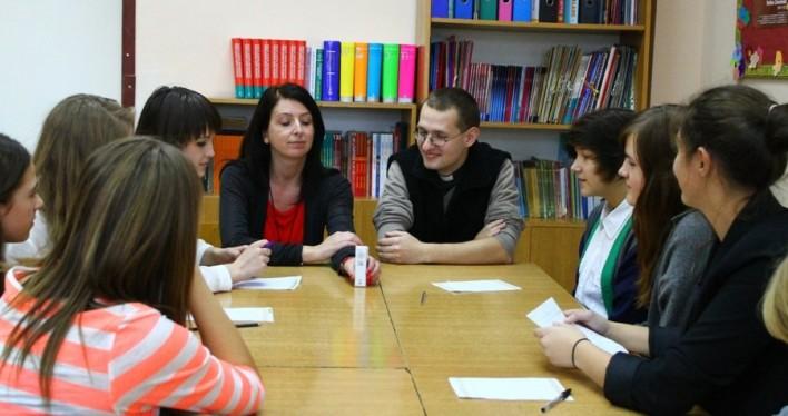 p. Agnieszka Burdzań, Ks. Marek Kokoszynski i grupa młodych dziennikarzy